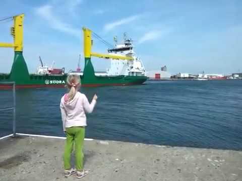 Девочка выпросила у корабля сигнал и