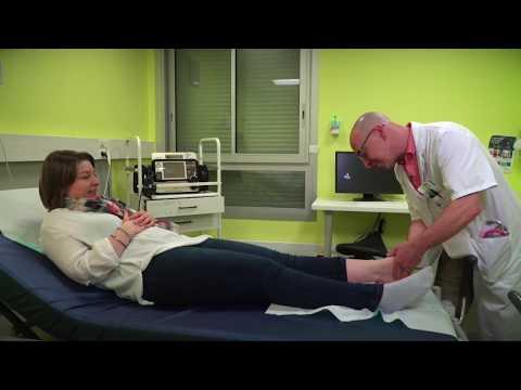 Sest gonflée la veine sur le pied et devient muet le pied