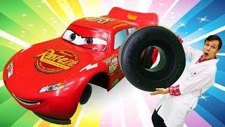 Молния Маквин потерял колесо на гонке. Мультики про машинки.