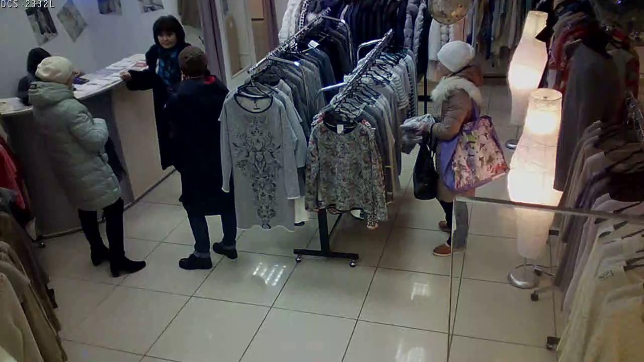 Девушка крадет одежду в ТЦ Водолей