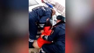 В Новгороде сотрудники ДПС сломали протез инвалиду после отказа покинуть авто
