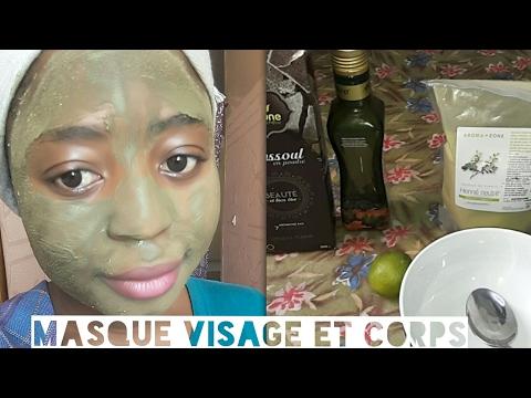 Le masque avec badyagoj pour lalignement de la peau de la personne