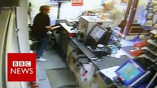 Female postal worker fights off a knife-wielding robber with a baseball bat - BBC News