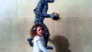 יובל סדן מדריכה במוזיאון הפרה היסטורי במעיין ברוך