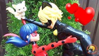 ЛЕДИ БАГ влюбилась в КОТА! Мультик Приключение Видео для детей Ladybug play toys dolls