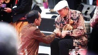 Sambil Berjongkok, Jokowi Berikan Penghargaan Kebudayaan kepada Putu Wijaya
