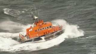 preview picture of video 'Troon lifeboat ploughs through waves'