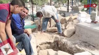 اتفرج | تجهيز مقبرة الفنان محمود عبد العزيز بالإسكندرية