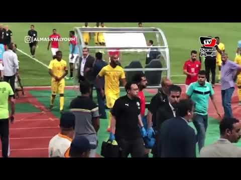 الجماهير تهتف لمحمد صلاح لحظة خروجه بين شوطي المباراة