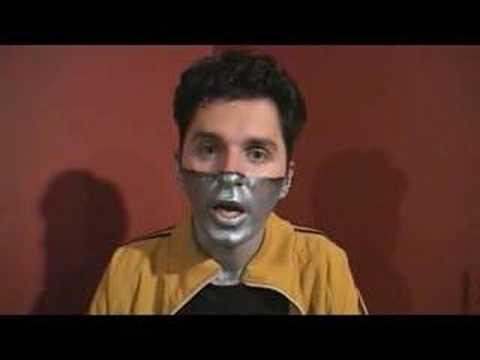 Come fare il pacco di faccia schiarente di carbonio assorbente