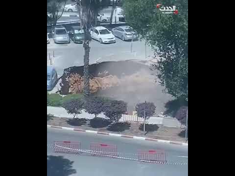 فيديو| انهيار أرضي يبتلع سيارات في القدس