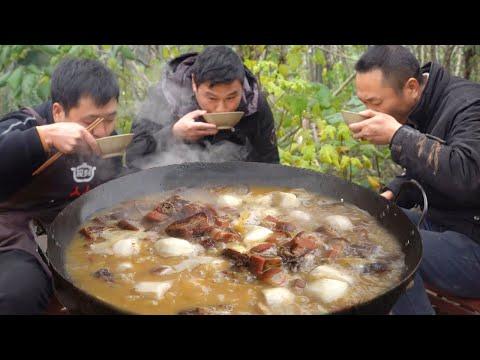 大哥挖點芋頭,老弟搭配臘排骨、臘肉一鍋燉,軟爛入味,哥仨吃爽了! 【鐵鍋視頻】
