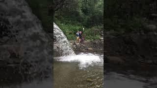 Ваня Улыбка с сестрой на водопаде.