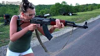 Полуобнажённые девушки с оружием