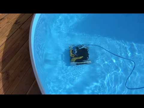 Dolphin E20 Poolroboter bei der Arbeit