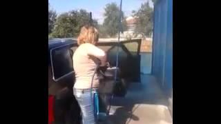 Смотреть онлайн Глупая девушка оригинально моет автомобиль
