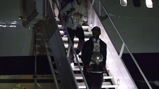 WARRIORS: Raw video of the Warriors arriving home with NBA Western Conference trophy