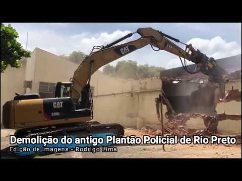 Uma escavadeira começou a demolir o prédio na manhã desta quarta-feira, 22