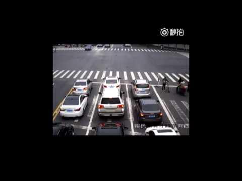寶馬車鬧市逆行+拖行交警30米!