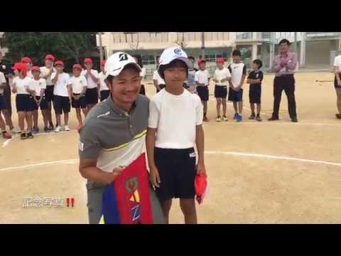 嘉数光倫と狩俣安志の沖縄県伊波小学校に訪問
