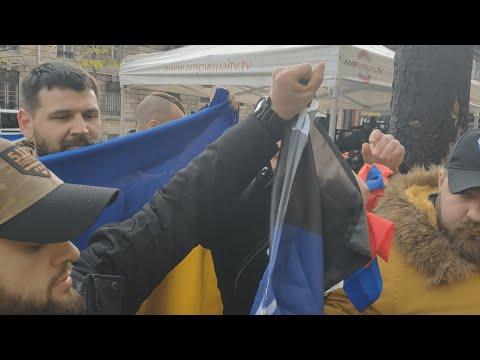 Журналист из России поднял разорванный флаг своей страны в Париже. Новости Украины