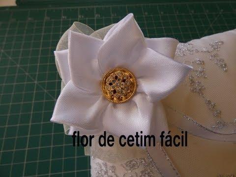 Flor com fita de cetim