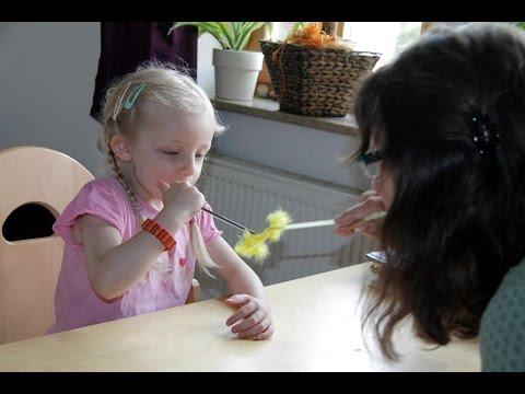 Kinder lernen bei der Logopädin spielend sprechen