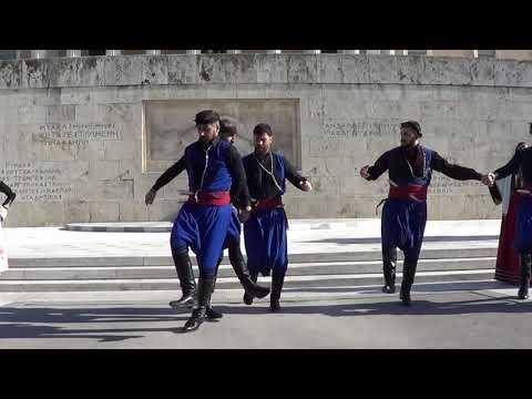 Κρήτες χορεύουν τον πυρρίχιο χορό μπροστά από το μνημείο του Αγνώστου Στρατιώτη στην Αθήνα