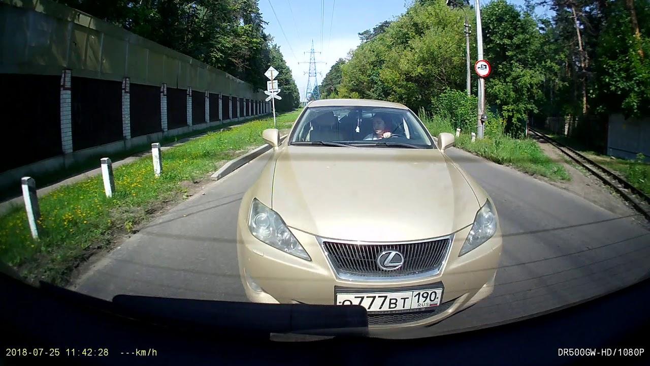 Девушка за рулем Lexus немного отвлеклась...