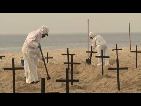 Video: Impactante video: en Brasil cavan fosas comunes en la playa de Copacabana