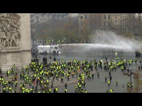 """""""Желтые жилеты"""" против полиции в Париже"""