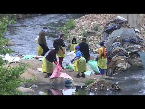 العرب اليوم - عشرات المتطوعين ينظفون سد نهر التيبر بروما في اليوم العالمي للتنظيف
