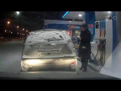 بالفيديو.. امرأة غبية اشعلت ولاعتها أثناء تعبئتها الوقود.. شاهد ماذا حدث