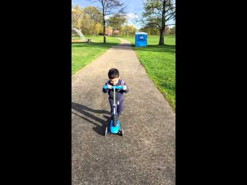 Alejandro manejando su scooter