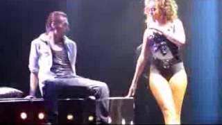 Rihanna a luci rosse: mima rapporto sessuale sul palco con un fan
