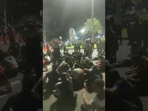 Puluhan karyawan melakukan aksi didepan Istana Presiden.16/08/18