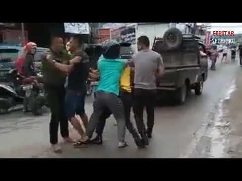 JADI TONTONAN WARGA!! SEORANG TNI BERKELAHI DENGAN 2 ORANG POLISI DI JALAN RAYA