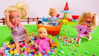Barbie ve çocuklar oyun parkına gidiyorlar. Kız oyuncakları
