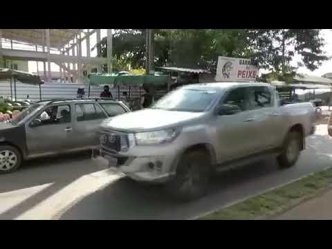 Feirantes trabalham em calçadas e canteiro enquanto aguardam obra do Governo