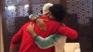 علي عدنان يودع زملائه اللاعبين بعد الخروج من خليجي 24