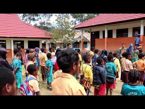 Menyanyi Lagu Binmas Noken Bersama Anak-anak di Tiom, Kabupaten Lanny Jaya