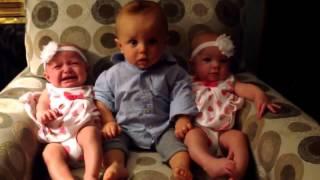 Bé bối rối lần đầu gặp hai em sinh đôi