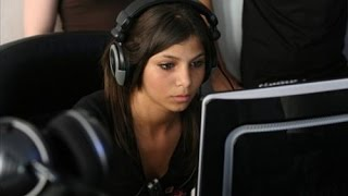 Девушка Global Elite играет в CS:GO