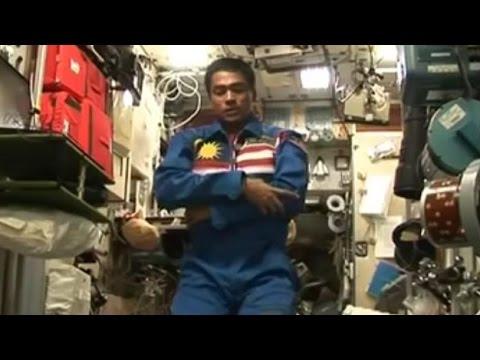 شاهد كيف يصلي رائد الفضاء بدون جاذبية