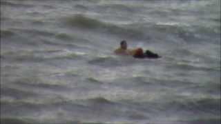 Спасение человека в шторм Адлер Сочи 2013