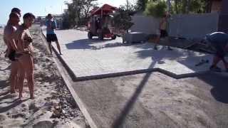 5а.Казимир - мастер класс по укладке тротуарной плитки...;)