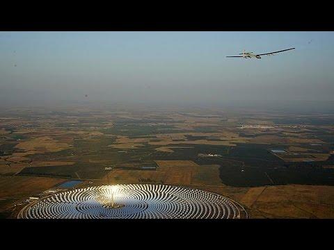 Avant-dernière étape pour Solar Impulse 2. L'avion qui vole grâce à l'énergie solaire a presque bouclé son tour du monde. Il a décollé à l'aube de Séville direction Le Caire pour un vol d'environ cinquante heures. C'est le pilote suisse André Borschberg qui est aux commandes. Il a été encouragé sur le tarmac par son acolyte Bertrand Piccard, qui le relaiera pour l'ultime étape. Source: Euronews (en français)
