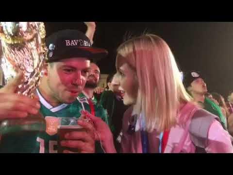 Немецкий болельщик привез из Мюнхена в Самару копию Кубка FIFA