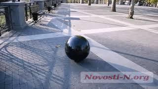 В Николаеве в сквере «Сердце города» упал гранитный шар