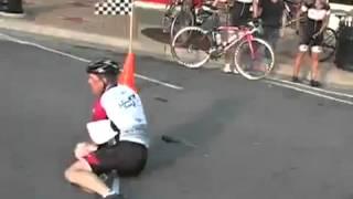 Победное падение велосипедиста на финише